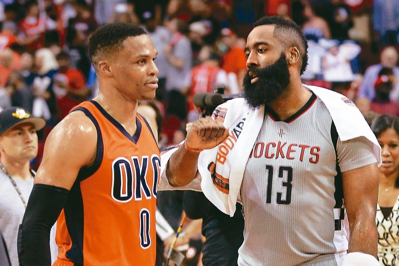 雷霆衛斯特布魯克(左)將與「大鬍子」哈登(右)再度成為隊友,替聯盟史上的MVP得...