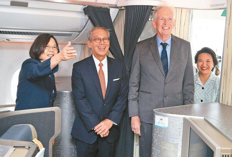 蔡英文總統(左)過境美國紐約,美國在台協會主席莫健(右2)、駐美代表高碩泰(左2)等人上專機迎接。 中央社