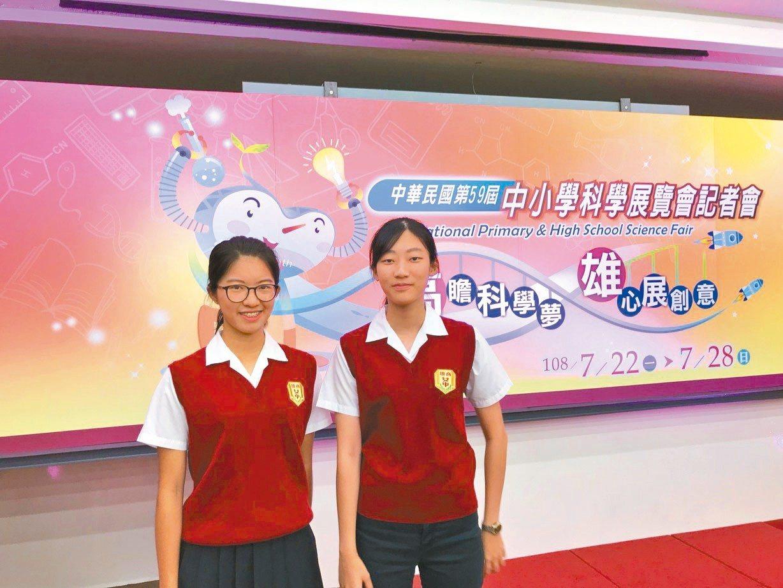 高雄女中自然組學生萬文甯(左)、楊俐婷(右)去年參與全國中小學科展,啟發對科學的...