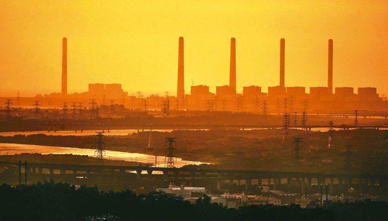 空汙基金連續第2年支出大於收入,環保署擬檢討空汙費季節性的費率,圖為台中火力發電廠。 圖/聯合報系資料照片