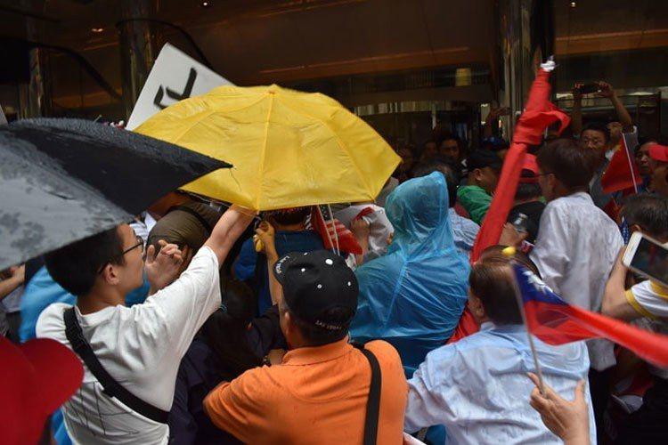 蔡英文過境紐約,在下榻飯店外支持與反對雙方發生肢體衝突。 記者顏嘉瑩/攝影