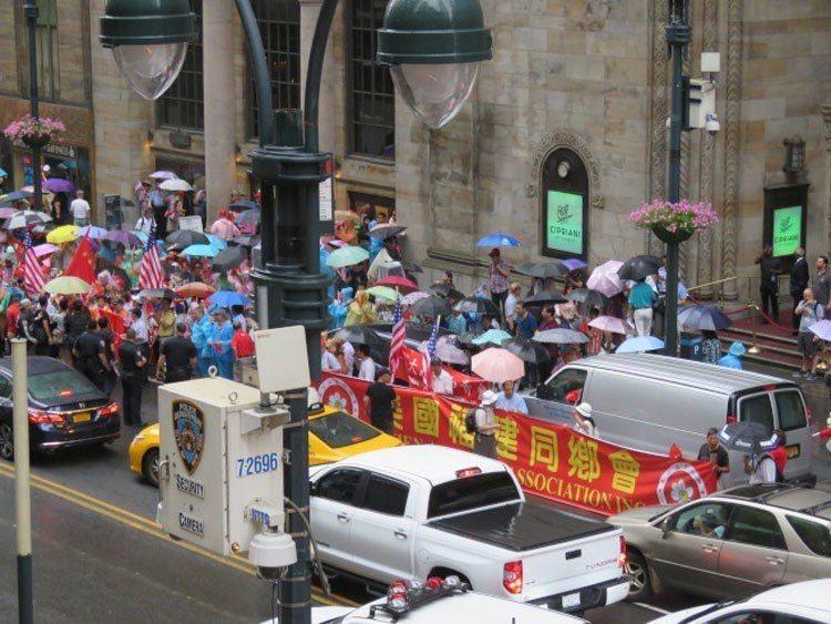 總統蔡英文於美東時間11日下午抵達紐約過境,中國大陸團體在蔡英文下榻飯店對面抗議...