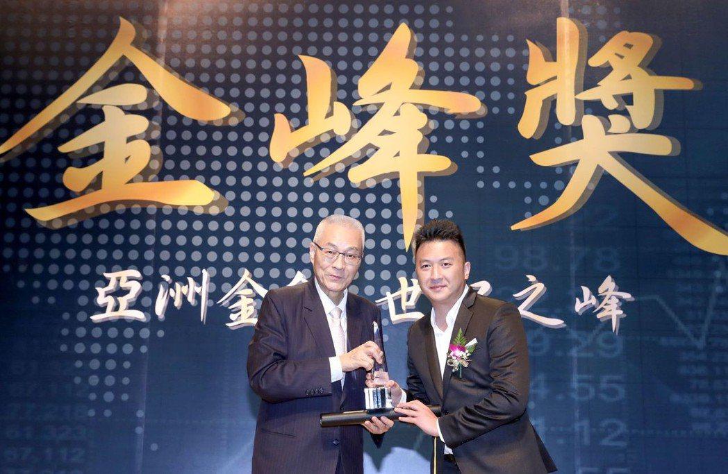 欣民國際總經理陳小醉(右)從吳敦義手中接下「第19屆金峰獎」獎座。欣民國際/提供