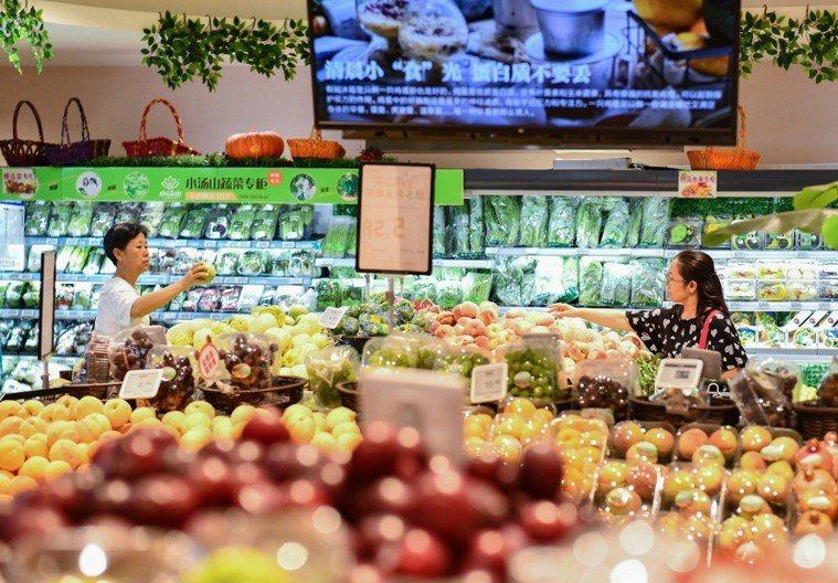 北京一超市內,市民挑選水果。中新社