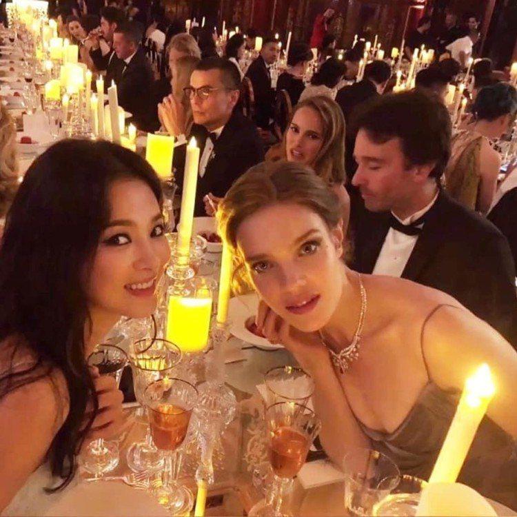 宋慧喬晚宴坐在娜塔莉亞和其伴侶、LVMH集團總裁大兒子Antoine Arnau...