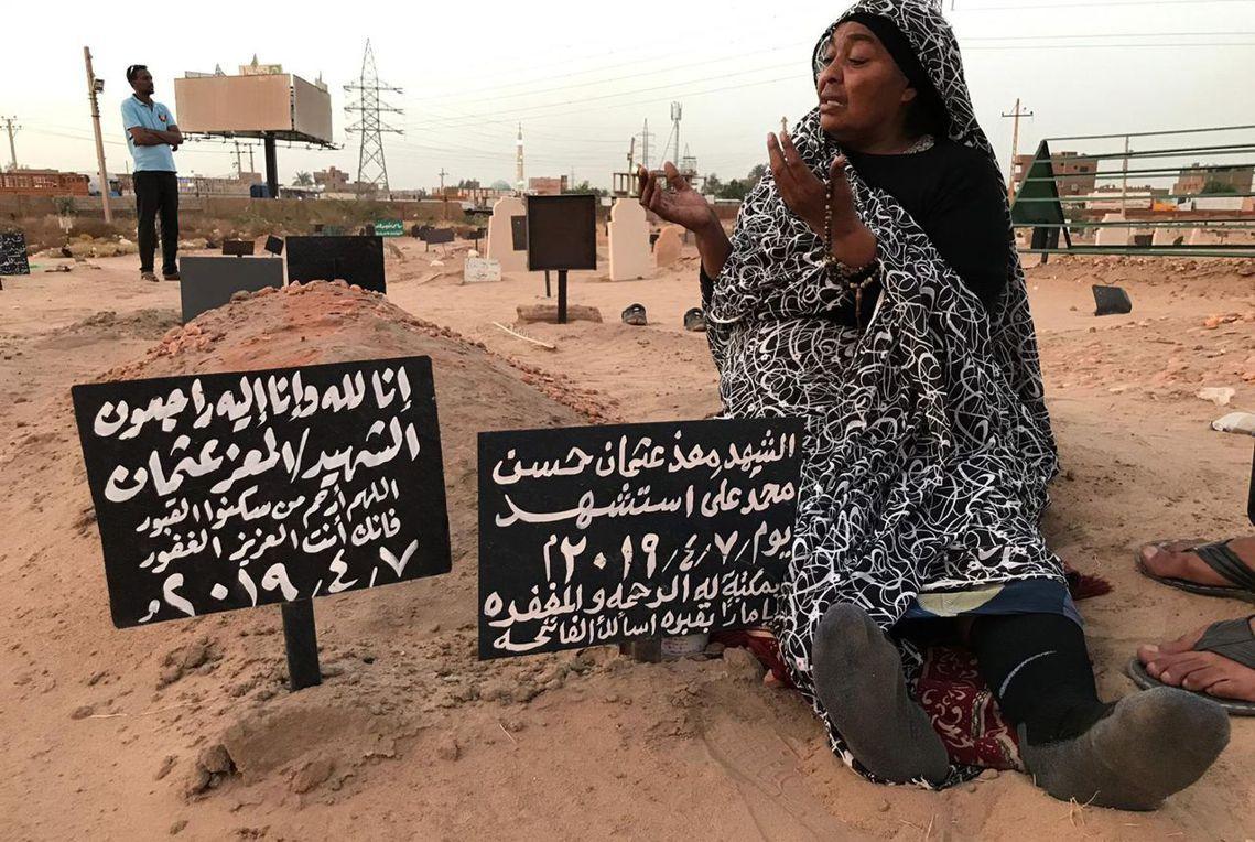 被軍隊打死的市民家屬。 圖/法新社