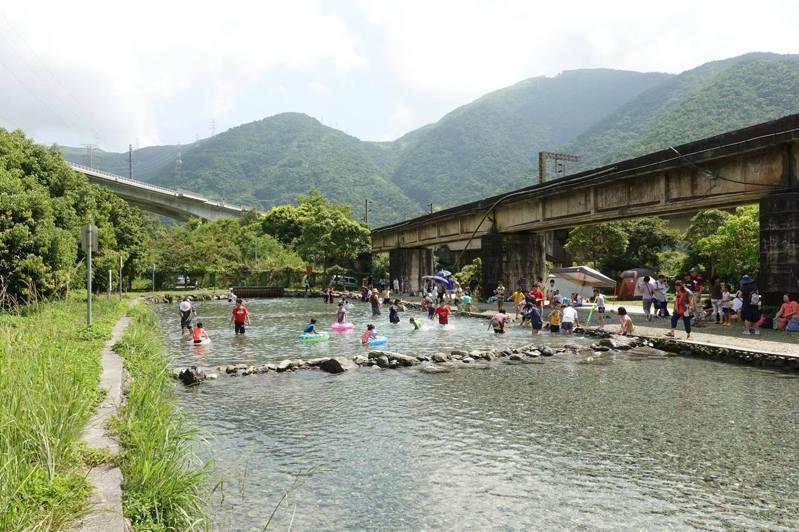 圖/宜蘭14度超低水溫野溪,清涼消暑、免費玩水好去處。部落客宜蘭ㄚ欣的美食日誌授權
