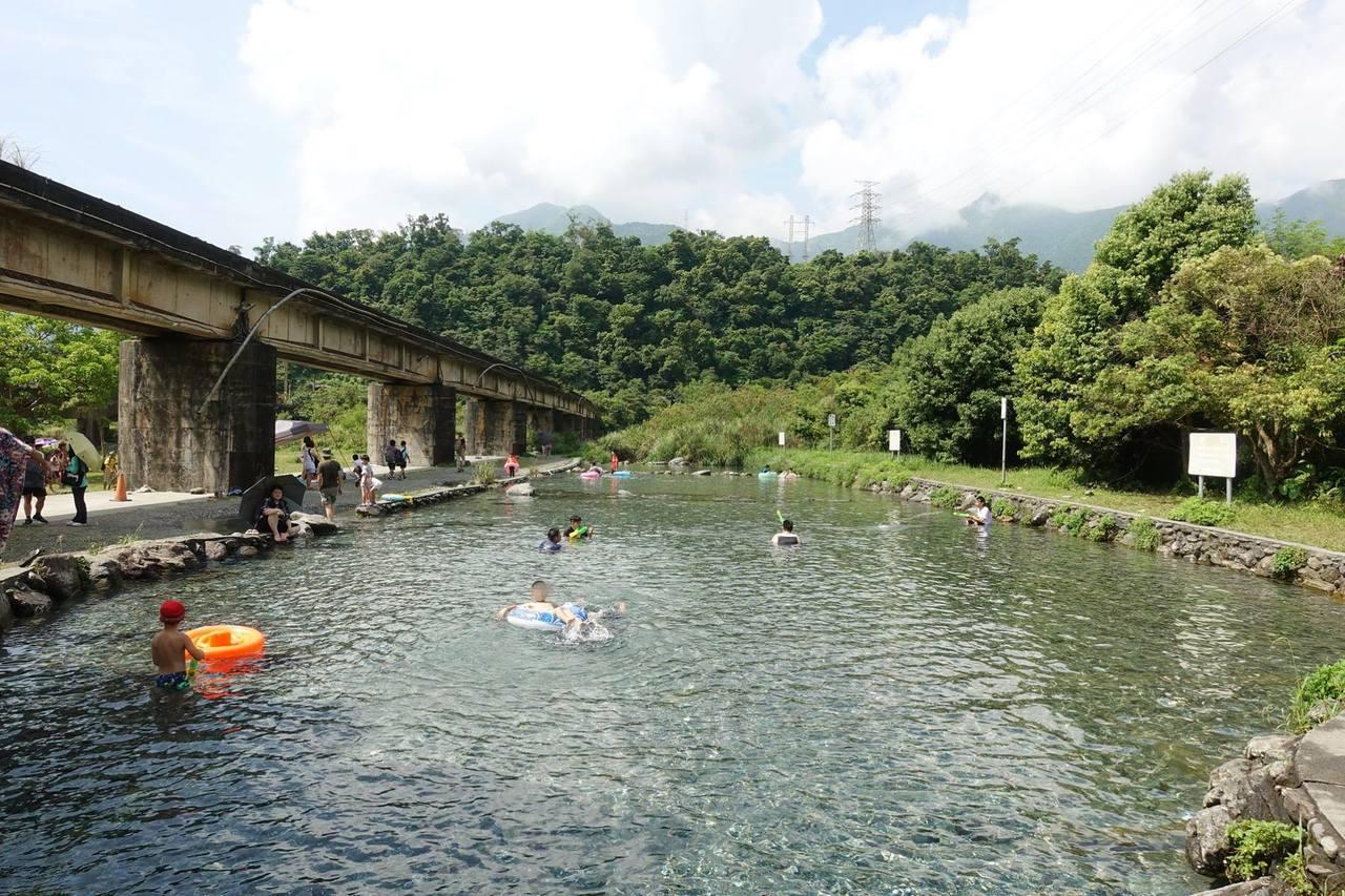 圖/東岳湧泉擁有一大片平整的泉池水,且深最不高,不論是大人小孩都能玩得盡興。部落...