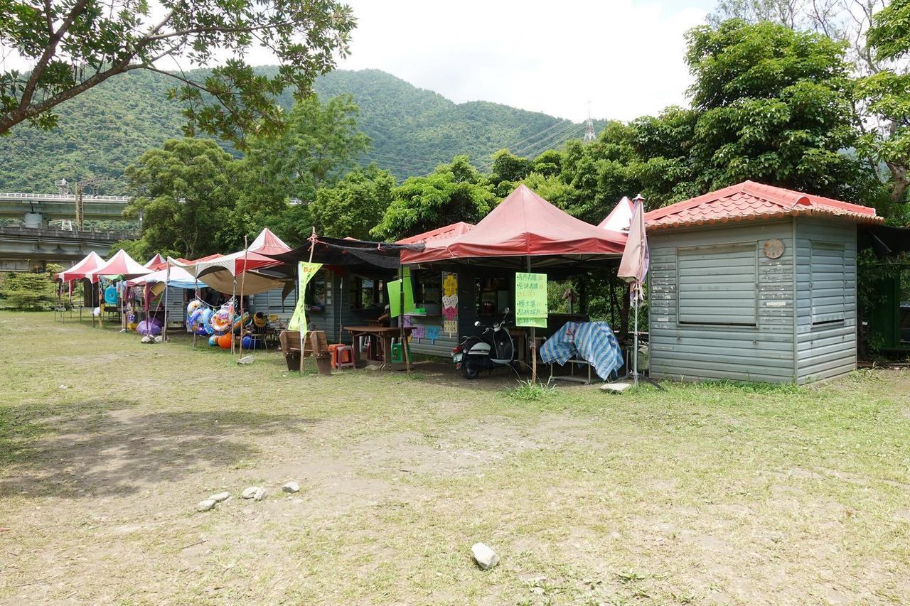 圖/有一排攤販,販售一些美食及玩水用具。