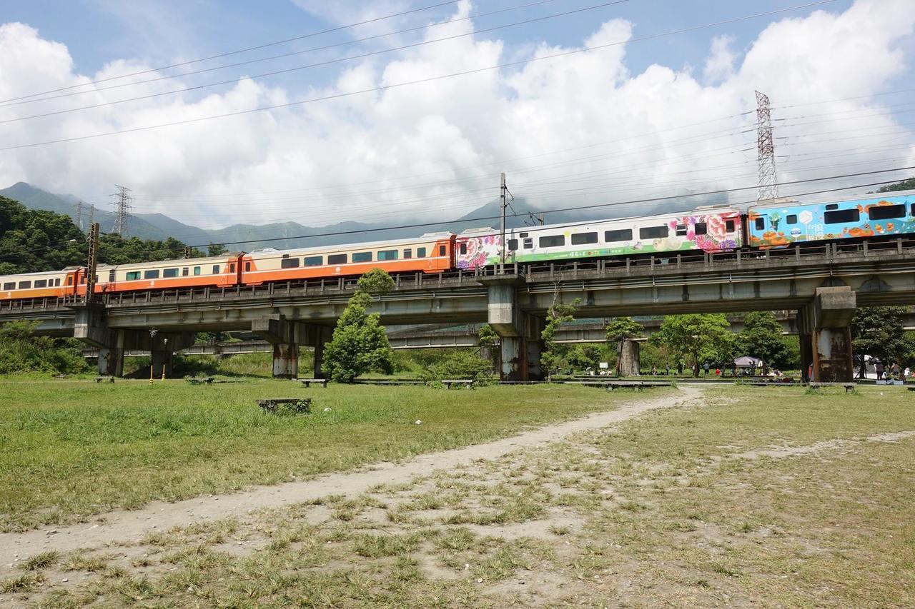 圖/一旁的火車呼嘯而過。