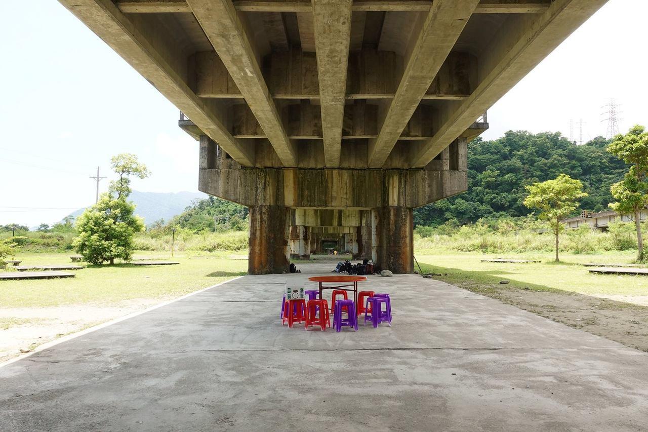 圖/湧泉內沒有遮蔽物,若想休息,也可以到一旁的橋墩下避陽。