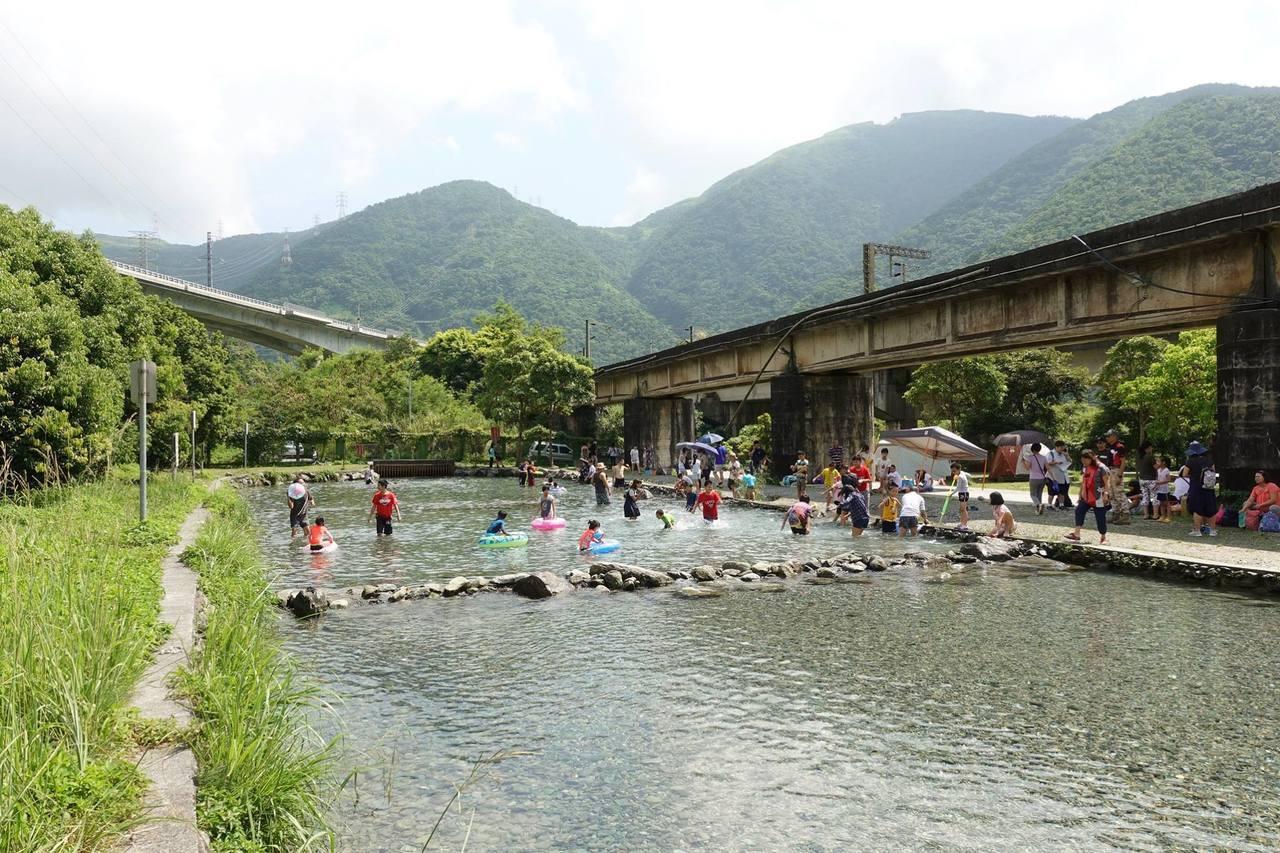 圖/水池裡有小石頭赤腳會有一點刺,民眾開心消暑時也要注意安全喔。