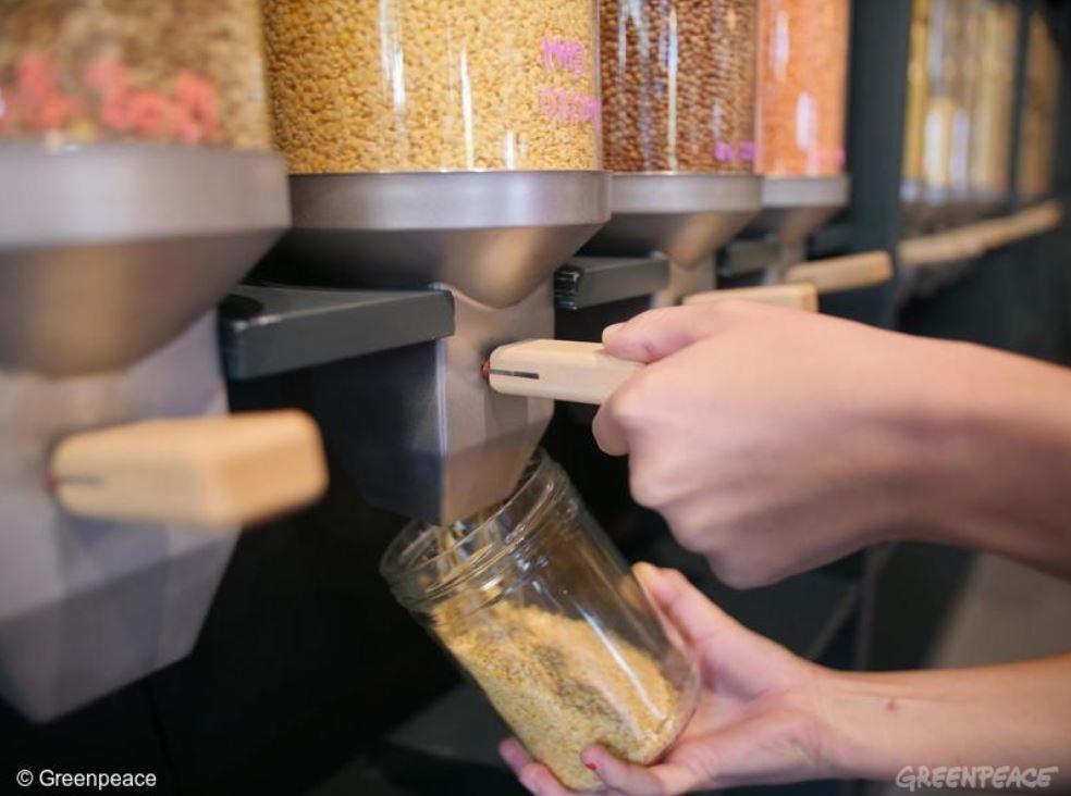 愈來愈多超市加入了無塑的行列,提供裸裝的食品供消費者購買,並且鼓勵消費者自備環保...