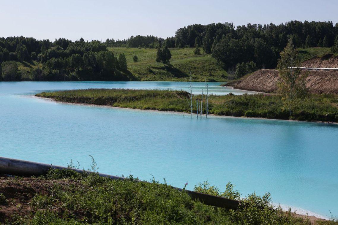 根據西伯利亞發電公司的說明,湖泊中含有大量的煤渣,顏色會呈現湛藍色,是因為湖中的...
