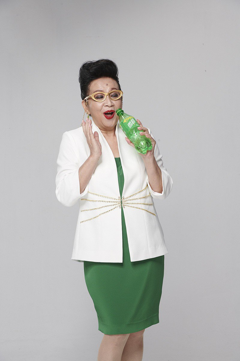 「好姨」薛家燕為雪碧拍攝新廣告,逗趣的表情說明雪碧「好好喝啊啊啊啊!」 圖/雪碧...