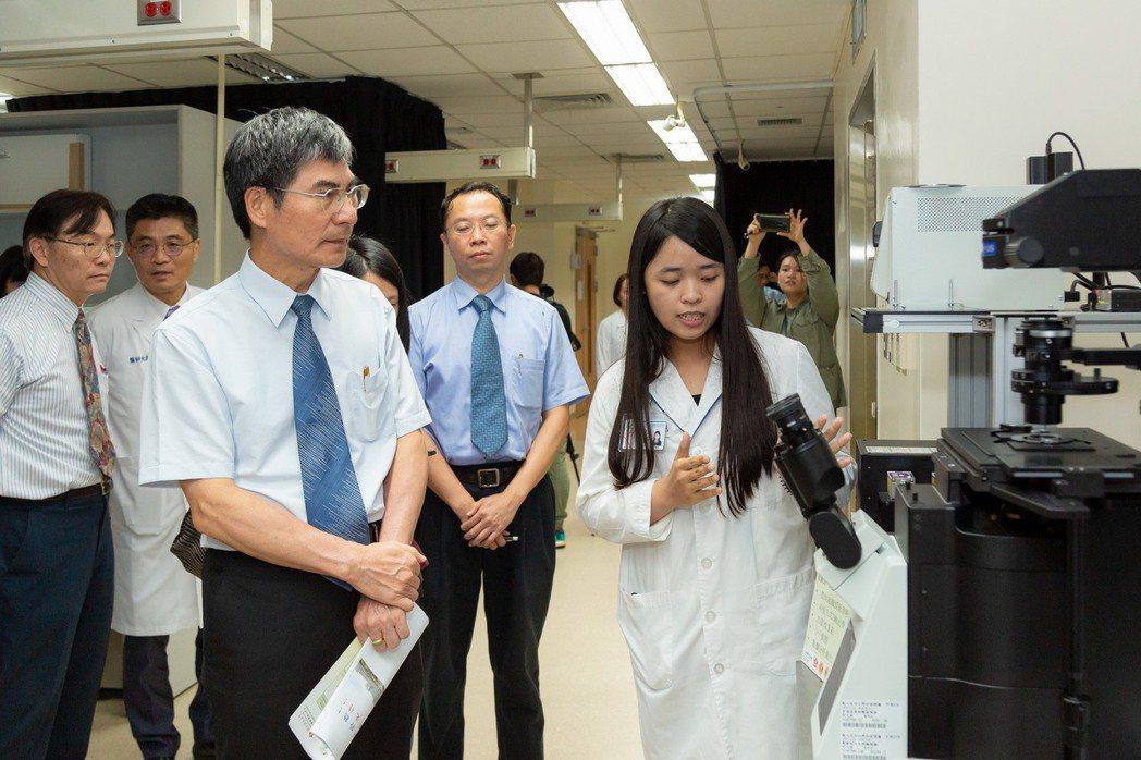 科技部部長陳良基參訪成功大學「生醫光學影像核心平台」、「智慧製造研究中心」及「微...