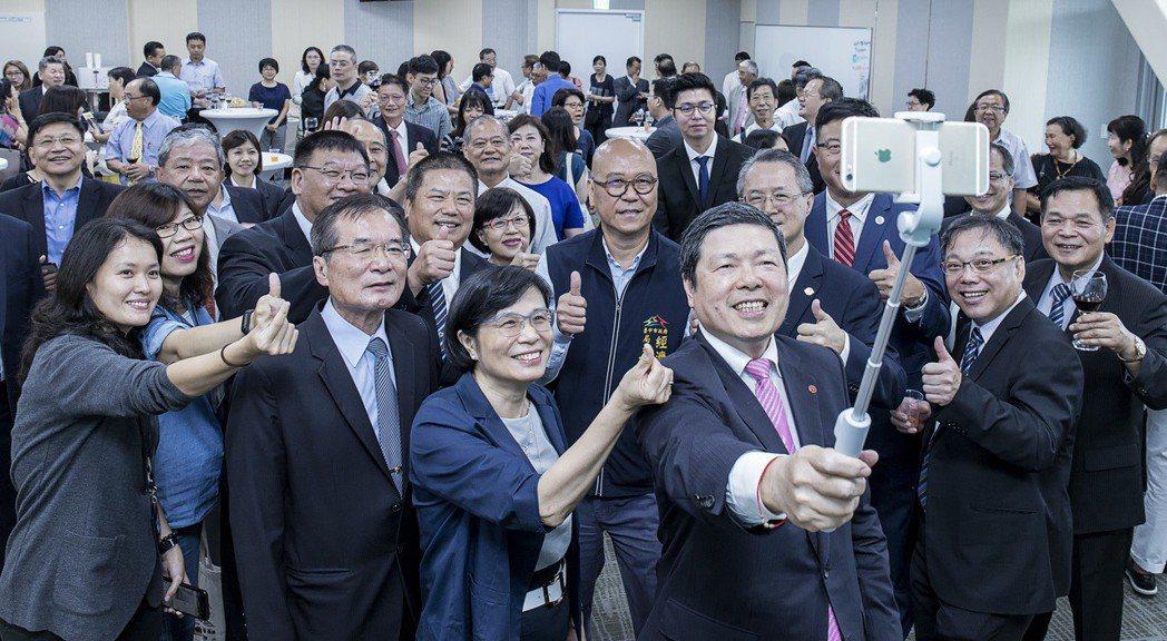 外貿協會秘書長葉明水、國際貿易局長楊珍妮與各公協會代表拍攝自拍照,共同慶祝這歡樂...