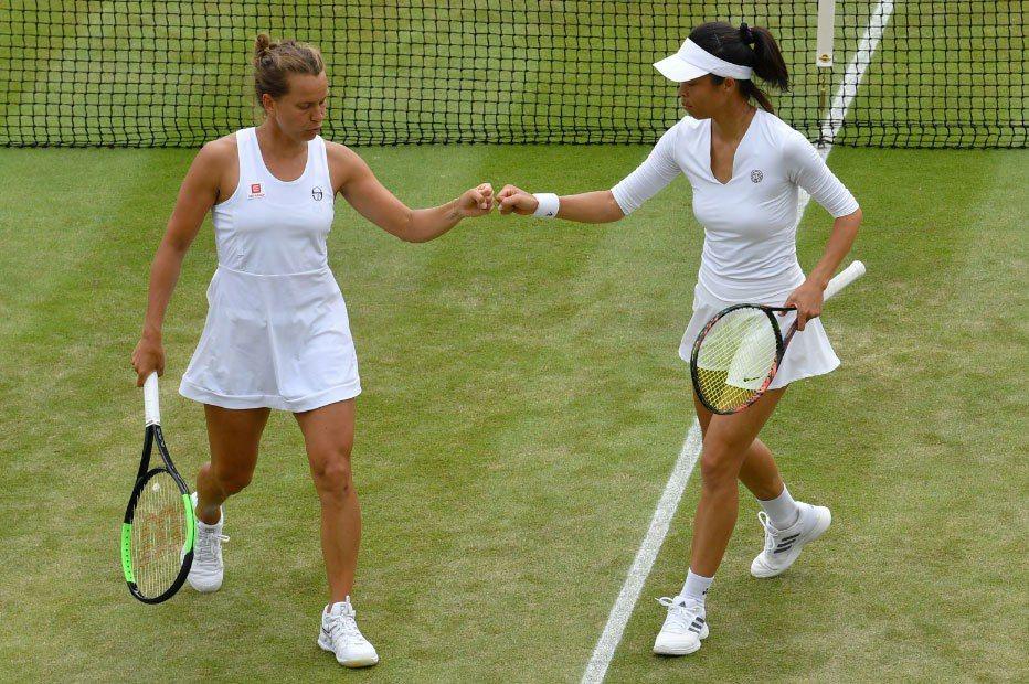謝淑薇(右)與搭檔晉級女雙決賽。 法新社