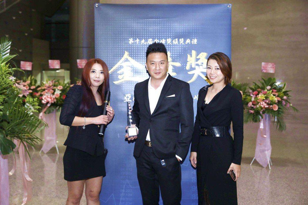 總經理陳小醉與公司核心主管合影。