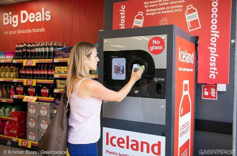 英國和冰島連鎖超市中設置的塑膠瓶回收機,顧客可以投入塑膠瓶換取購物金,既能順手回...