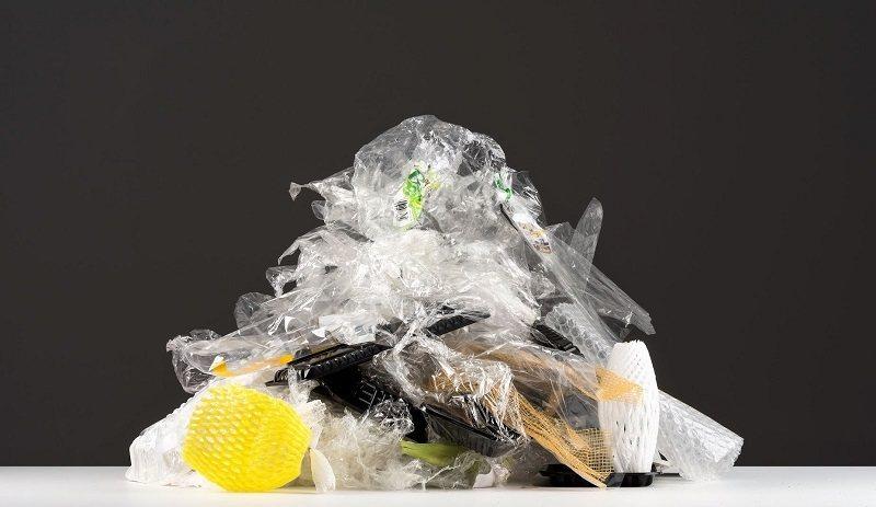 有的消費者為了抗議超市大量使用一次性塑膠包裝,決定發起「塑膠攻擊行動」,結完帳後...