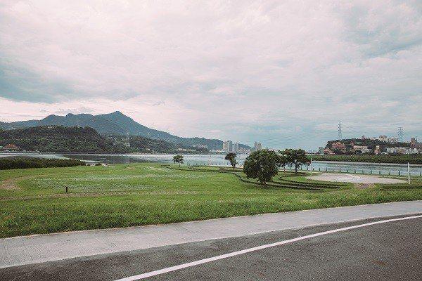 河濱自行車道沿途的自然風光,讓人忘卻運動的疲累。 (攝影/蔡耀徵)