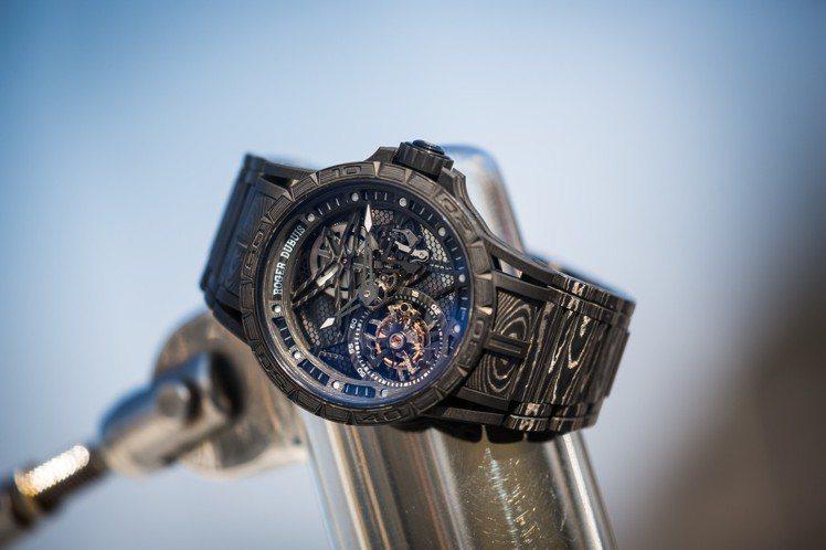 羅杰杜彼Excalibur Spider Carbon 3碳纖維鏤空飛行陀飛輪腕...