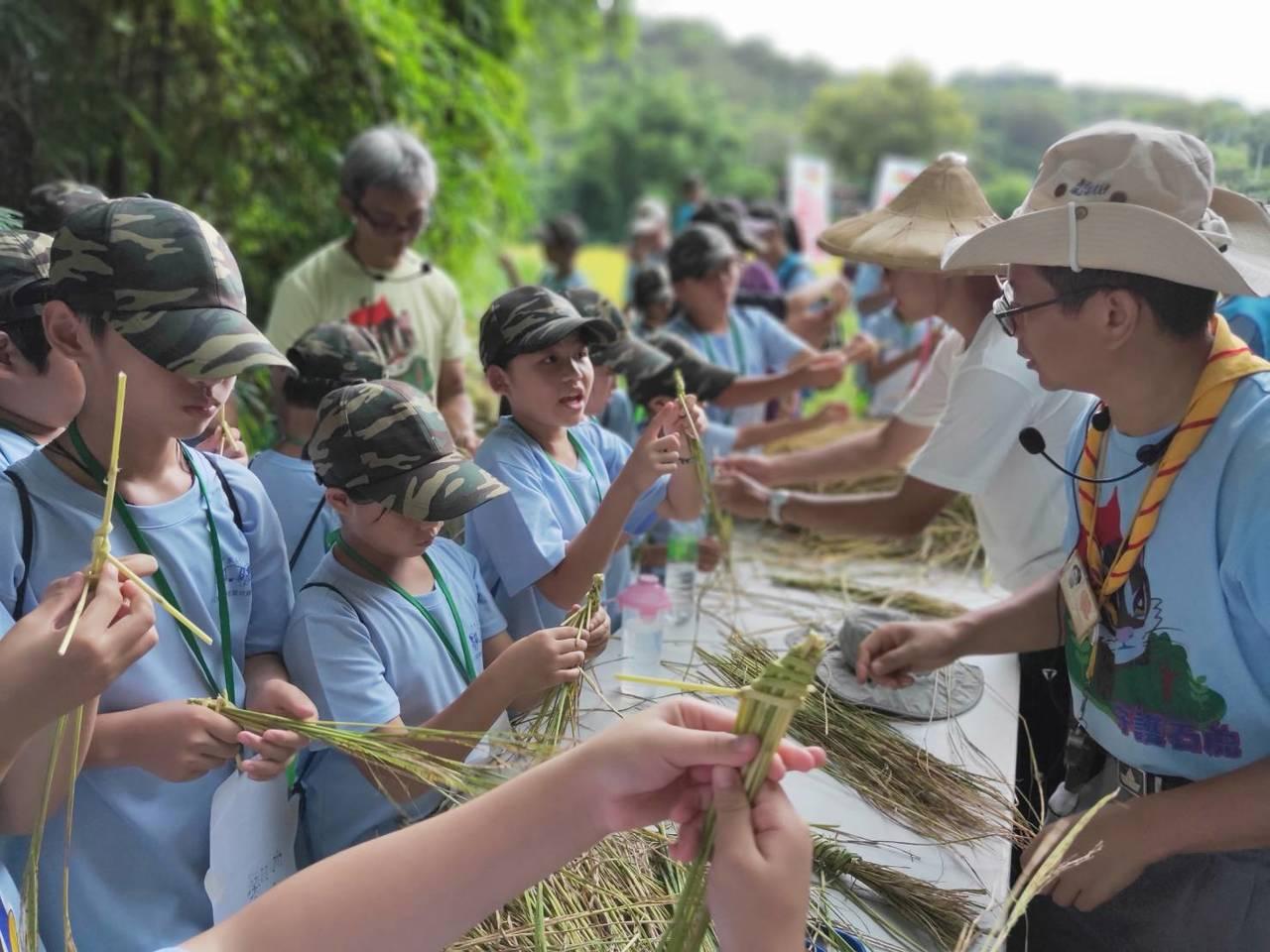 苗栗家扶中心舉辦綠光夏令營,安排學童們到稻田動手收割石虎米、享用割稻飯。圖/苗栗...