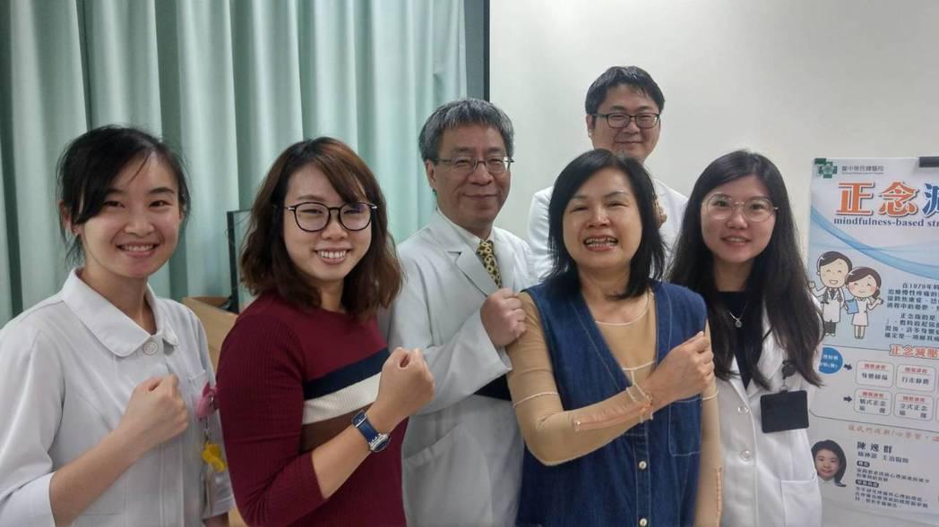 龍姓女子(右二)在台中榮總疼痛門診醫療團隊的治療下,以及女兒(左二)的支持、陪伴...