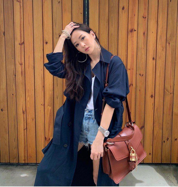 孫芸芸以熱辣短褲和撩髮姿態詮釋Aby咖啡色鎖頭包。圖/取自IG