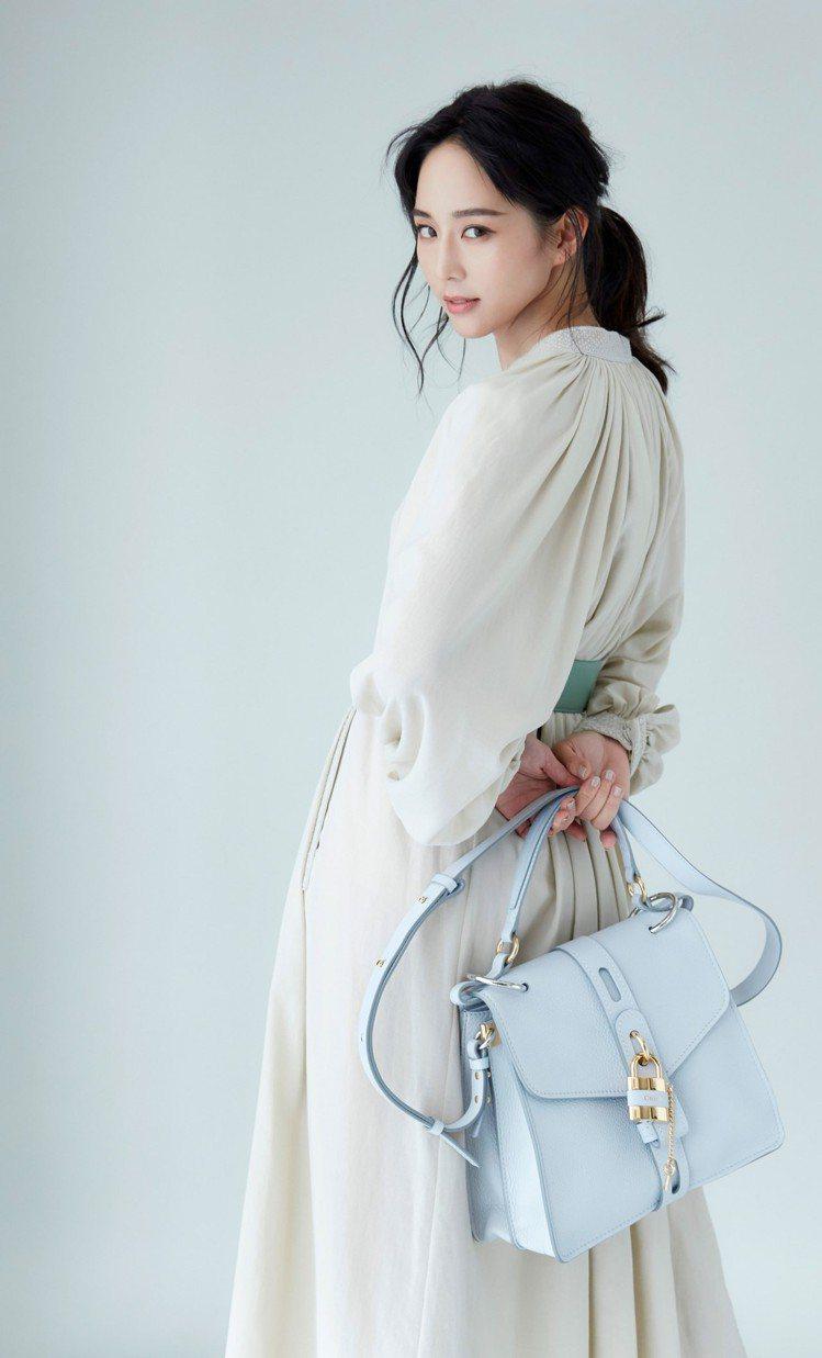 張鈞甯選用「仙女色」雲朵淺藍鎖頭包,整個人也散發輕盈空靈的仙氣。圖/取自臉書