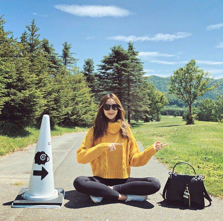 隋棠在北海道度假時,以休閒打扮展現Aby黑色鎖頭包的實用百搭。圖/取自IG