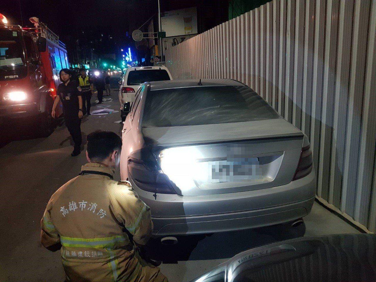 消防人員到案發地,正勘查轎車遭燒毀狀況。記者林保光/翻攝