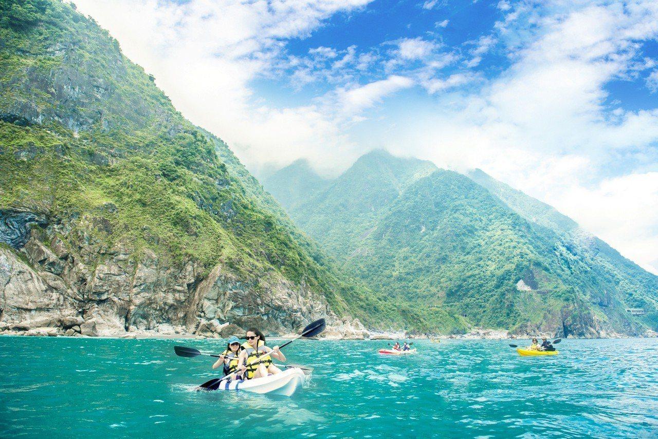 在太平洋操舟漫遊,從海平面仰望清水斷崖陡峭山壁與海岸絕景,也是今夏新玩法。圖/太...