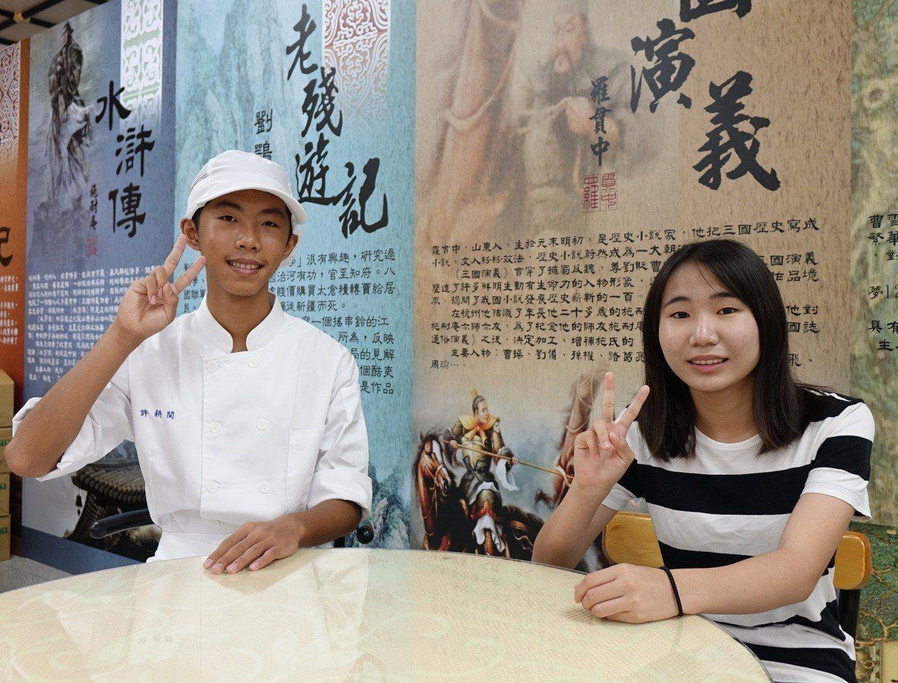 學生許耕閩(左)與邱安妤(右)放棄明星高中,選擇就讀中山工商。記者徐如宜/攝影