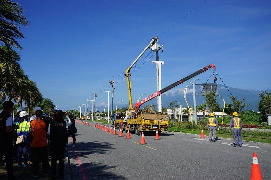 台電配合193線拓寬工程,讓電桿下地,目前正拆除電線桿。記者王燕華/攝影