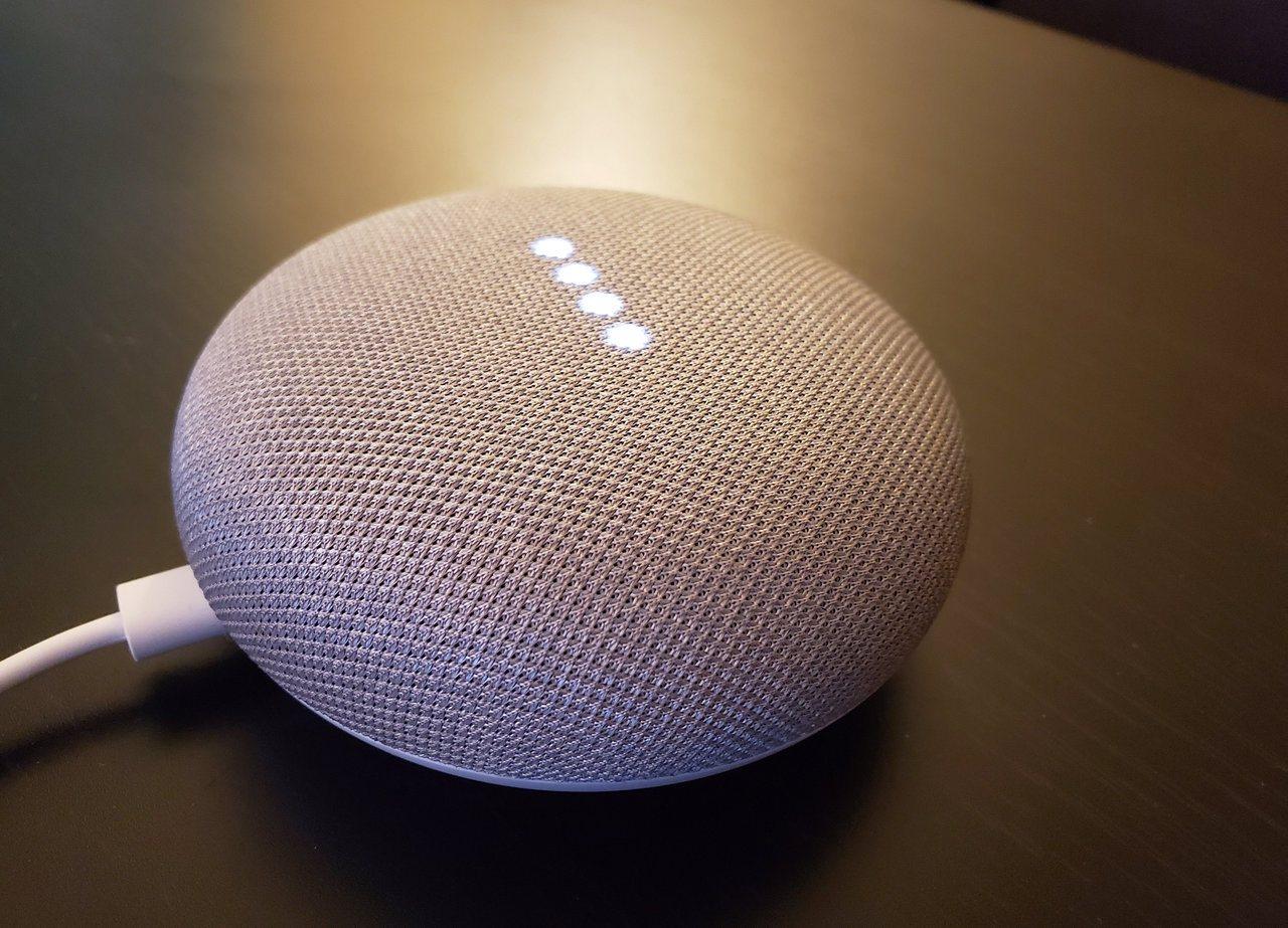 谷歌坦承,第三方承包商會聽取智慧語音助理錄下的談話內容,圖為家庭智慧音箱Goog...