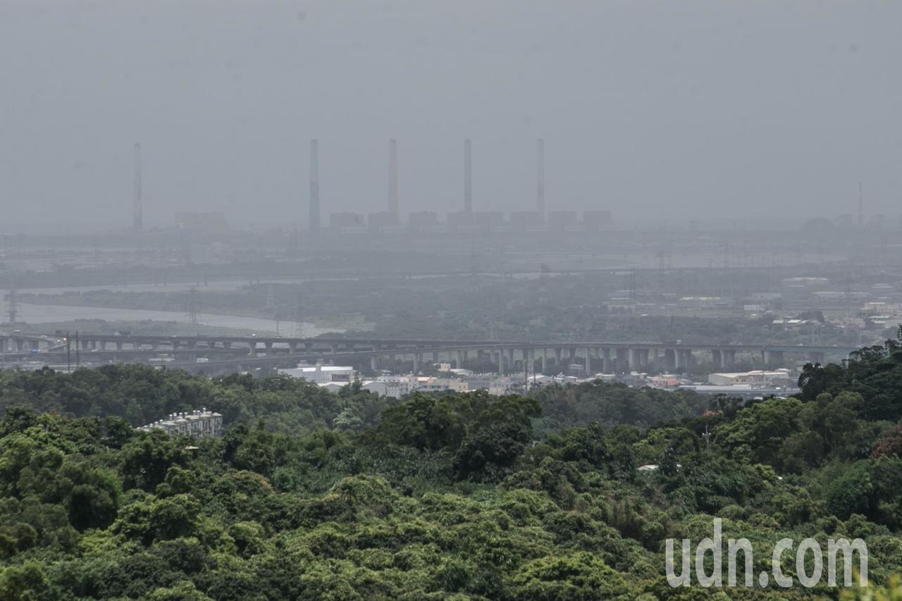 台中市環保局管制台中火力電廠,要求每年10月到翌年4月的空汙季期間,中火只能使用...