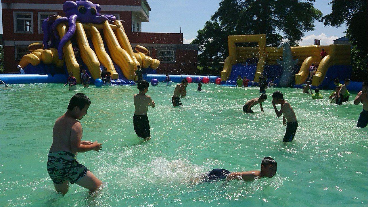 嘉義縣府舉辦「2019遊山玩水趣!」讓學校變成水樂園。 記者卜敏正/攝影