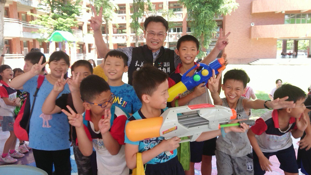 縣議員陳柏麟(中) 感謝縣府撥經費,舉辦「2019遊山玩水趣」,讓學校變成水樂園...