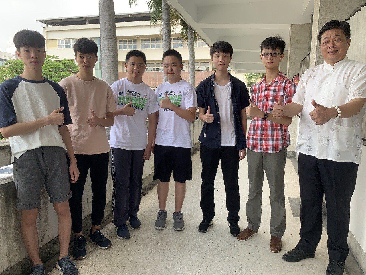 台中一中今年4對雙胞胎入學,左起是石岡國中林孟和、林季平;后綜高中國中部胡劭安、...