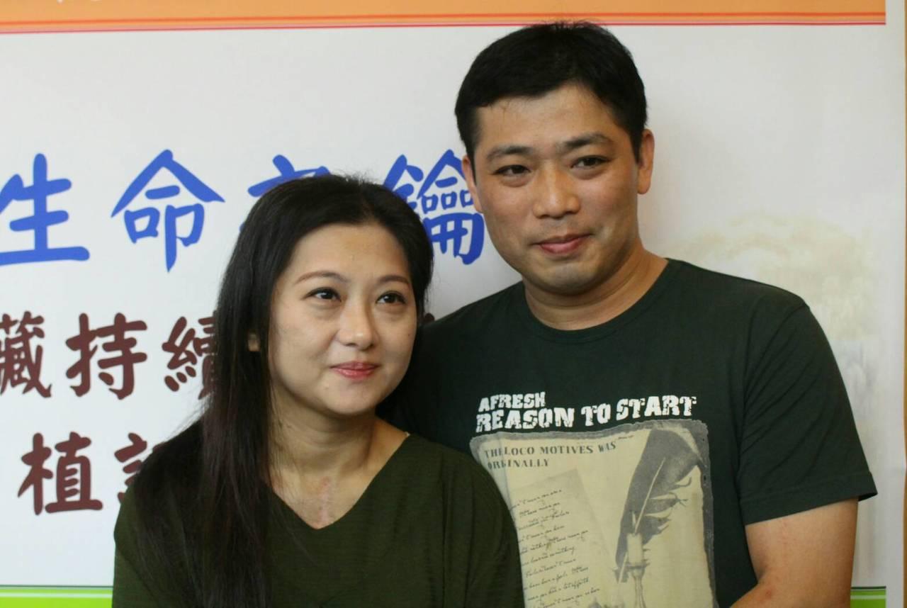 陳小姐(左)術後至今心臟功能正常、已出院返家,她的丈夫秦先生(右)回憶,妻子倒下...