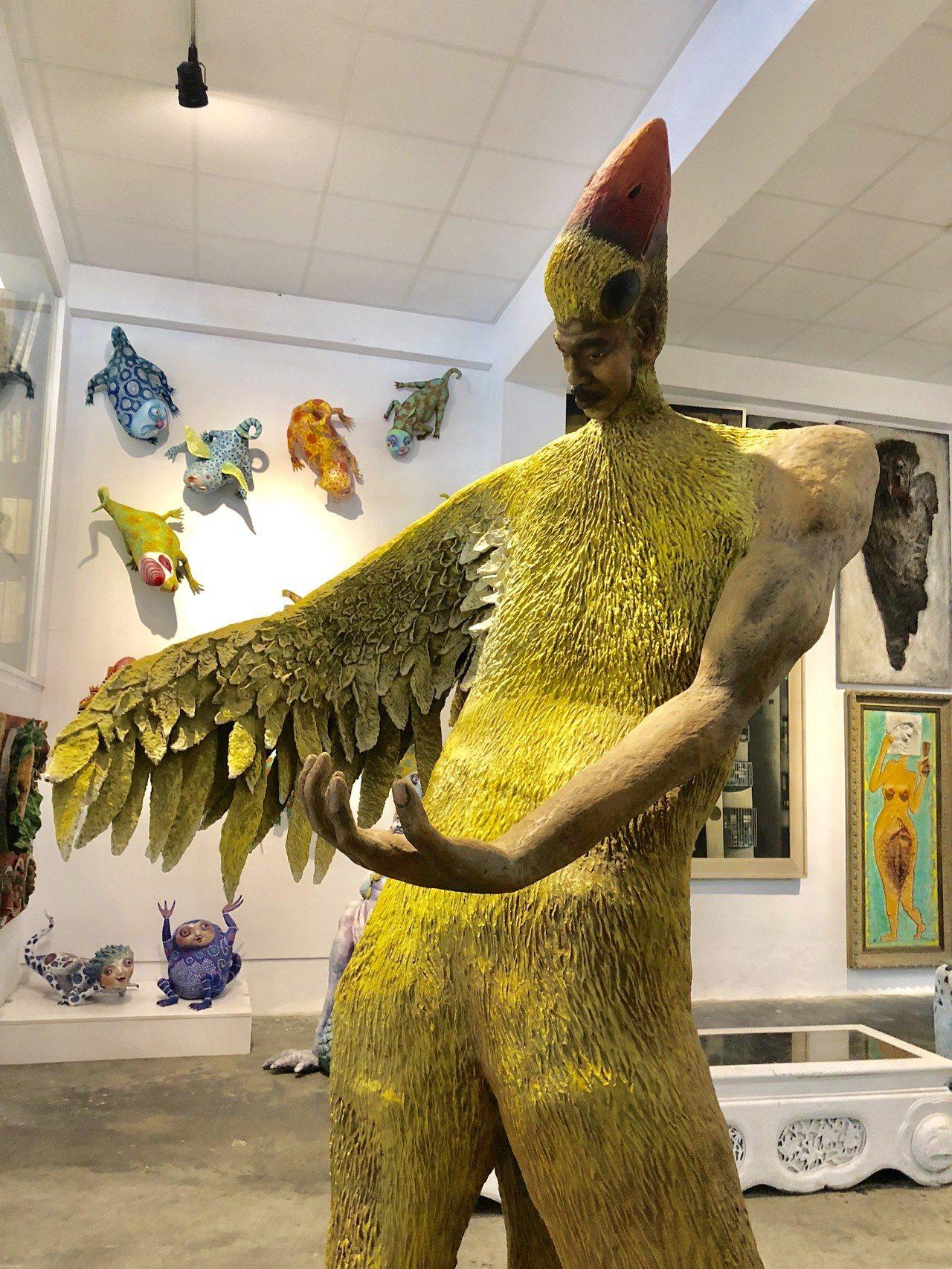 藝術家許自貴風格辨識度高,圖為「鳥人」。作品臉型樣貌也來自許自貴。記者何定照/攝...