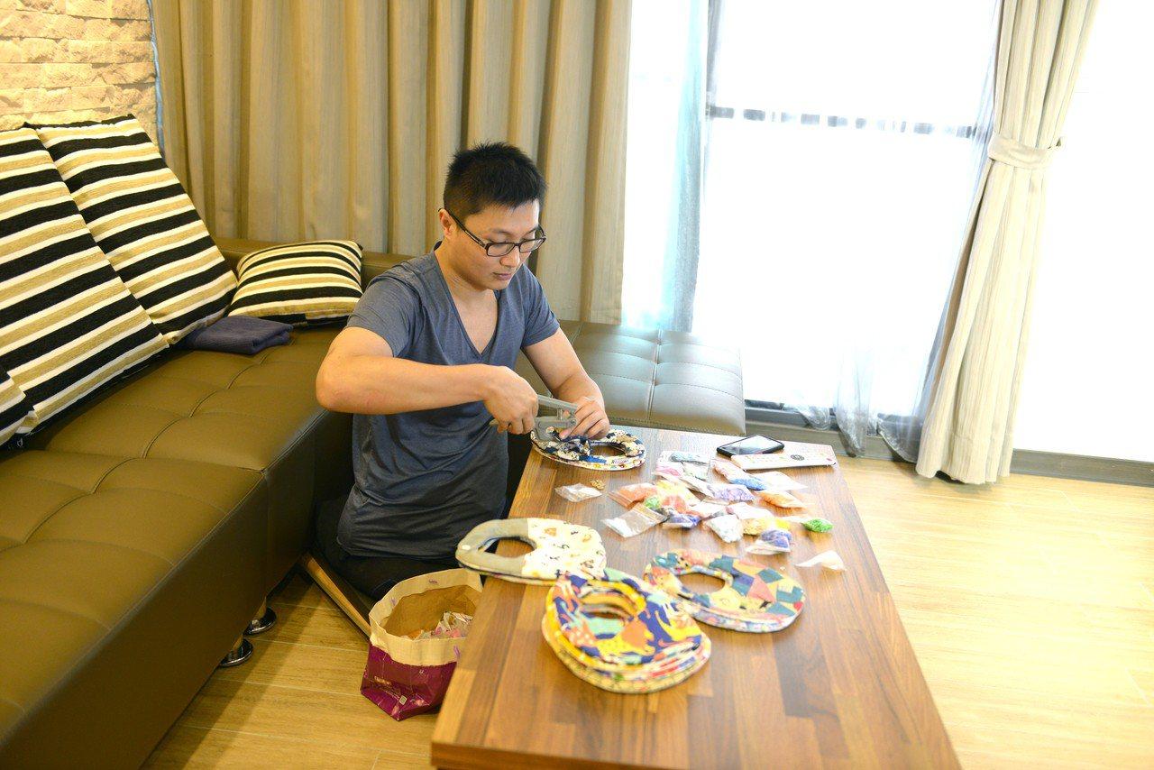 妻子楊惟甯在網路販售手作品維生,洪家益協助完成。圖/洪家益提供