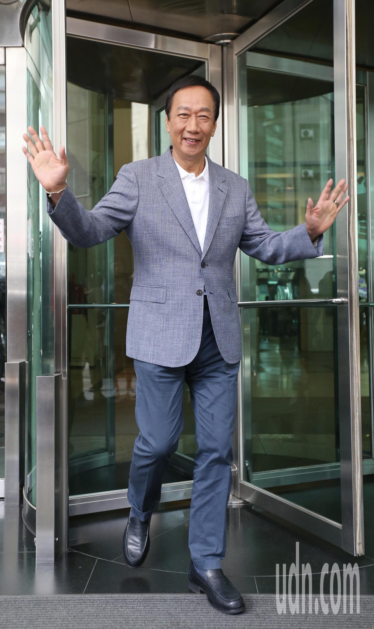 國民黨內總統初選參選人郭台銘上午接受網絡媒體專訪,結束後他步出大樓,接受在外等候...