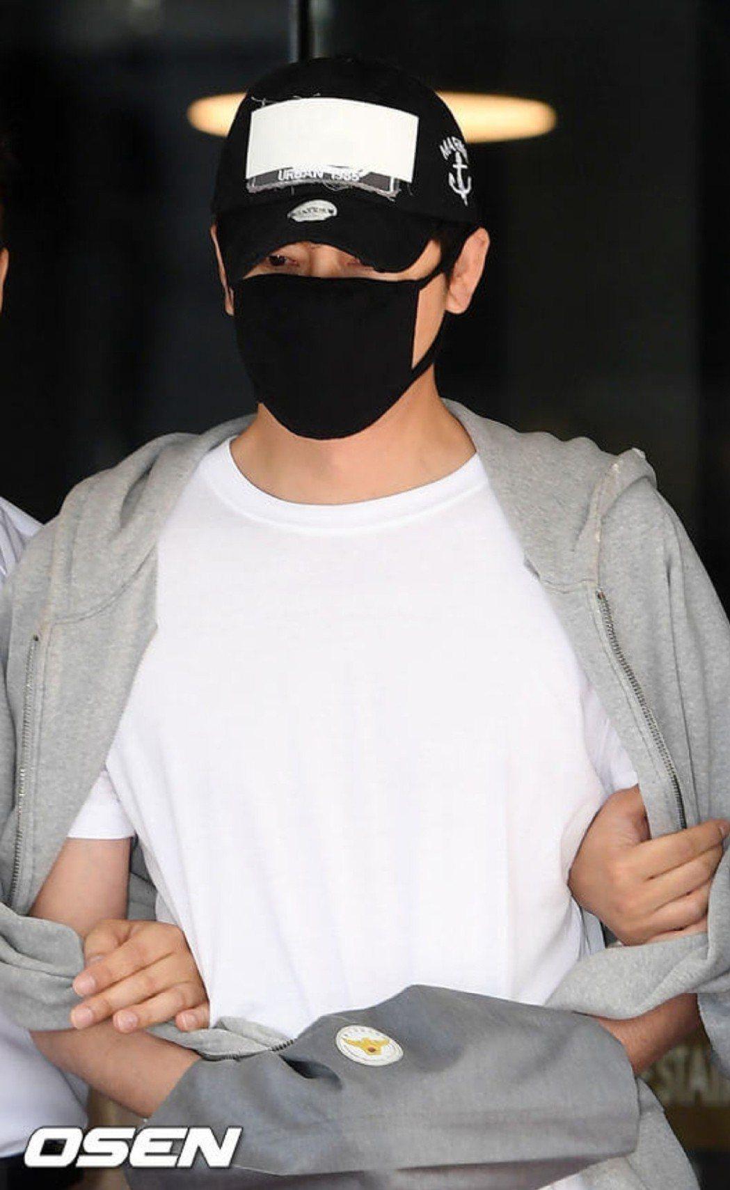 姜至奐上銬接受法院審訊。圖/摘自osen