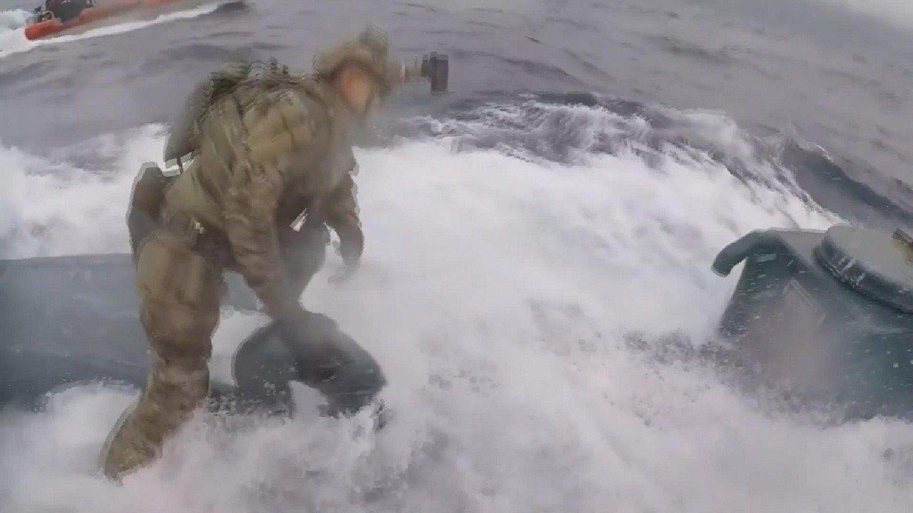 美國海岸防衛隊11日釋出巡邏艦「蒙羅」6月18日在東太平洋國際水域執行禁毒任務時...