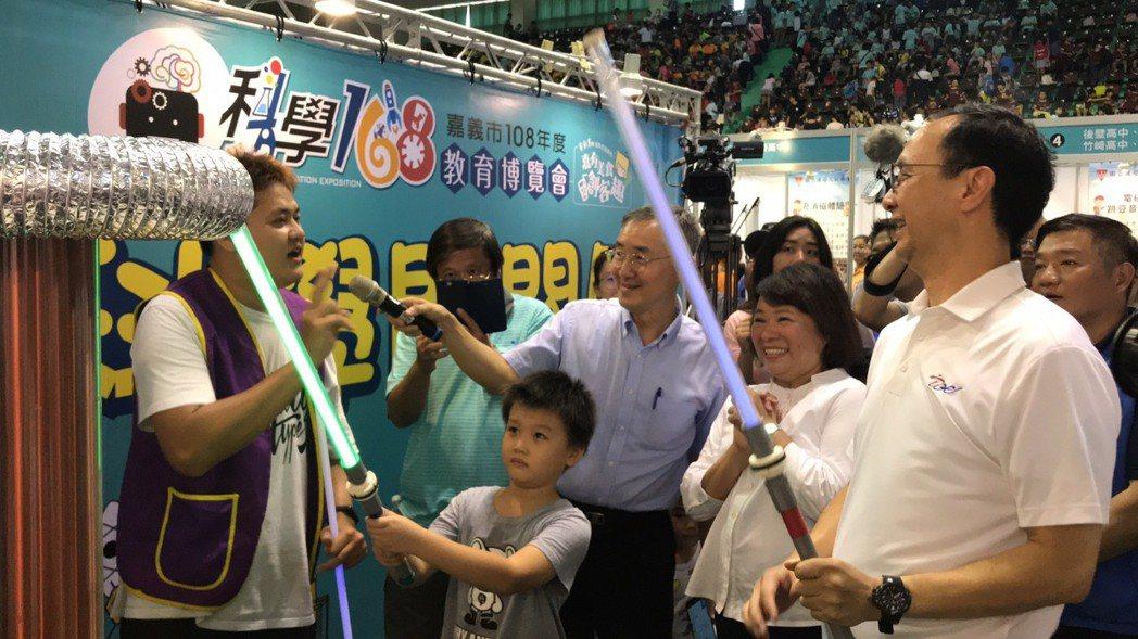 嘉義市長黃敏惠(右二)與新北市前市長朱立倫(右一)參加「科學168教育博覽會」,...