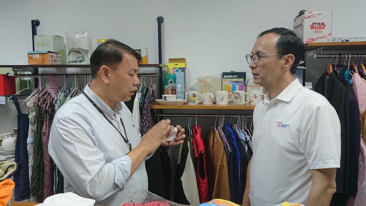 再耕園園長李銘浚(左)向朱立倫說明二手衣回收制度。記者卜敏正/攝影