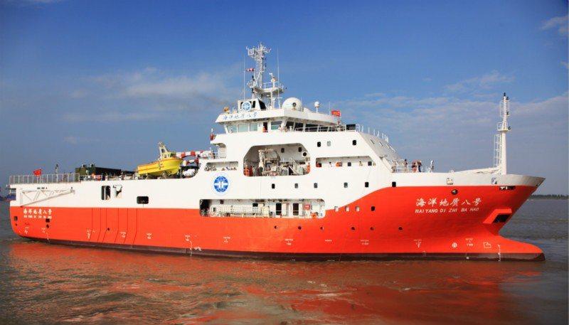 「海洋地質8號」在數艘海警船護衛下,抵達萬安灘海域作業。(中國地質調查局官網)